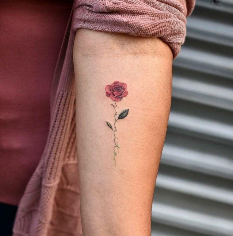 Idee per dei tatuaggi scritte braccio, piccola rosa rossa con due foglie verdi s…
