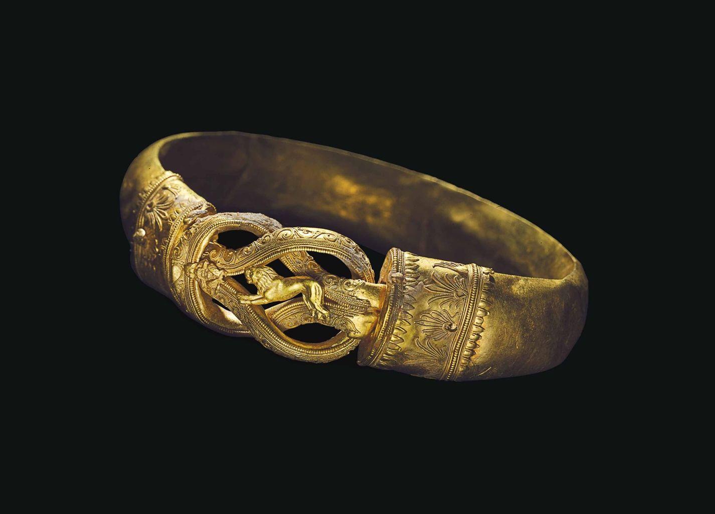 золотой старинный браслет с грифонами фото
