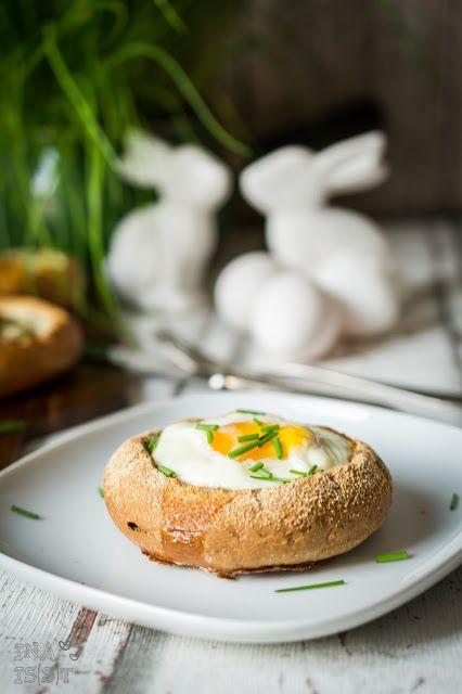 Frühstück an Ostern: Ei im Brötchenbett / Easter breakfast - baked eggs in bun basket