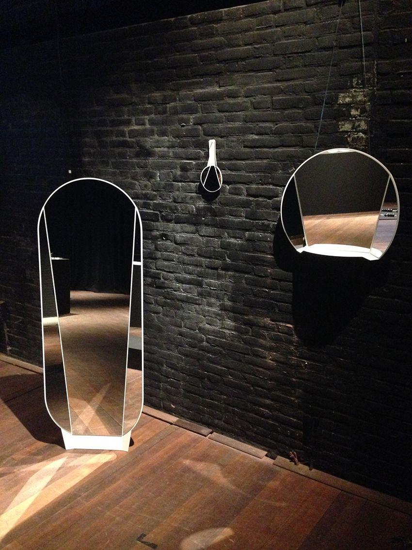 ontwerpduo - Split Mirror  Een plaat gecoat metaal, gevouwen om de spiegel te splijten. Jezelf drie keer zien, elke keer vanuit een andere hoek. Voor het...