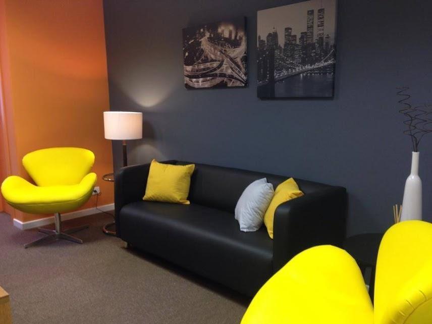 Decoração Escritório com sofá preto e almofada Amarela ...