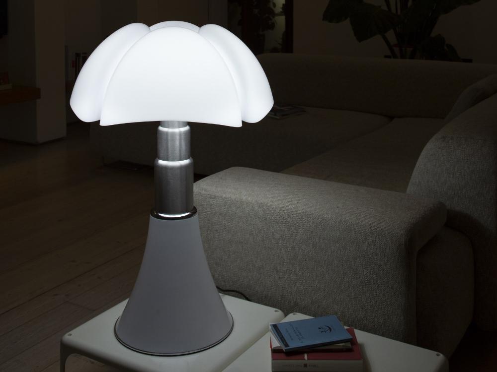 Lampada Da Tavolo A Led In Metacrilato E Acciaio Inox Pipistrello 4 0 By Martinelli Luce Design Gae Aulenti Nel 2020 Lampade Da Tavolo Pipistrello Led
