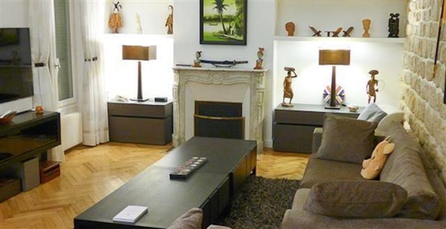 Salon TV avec cheminée et mur en pierres apparentes   Déco ...