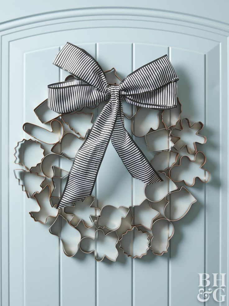Photo of Cookie cutters go far beyond the kitchen in this Christmas wreath. A…