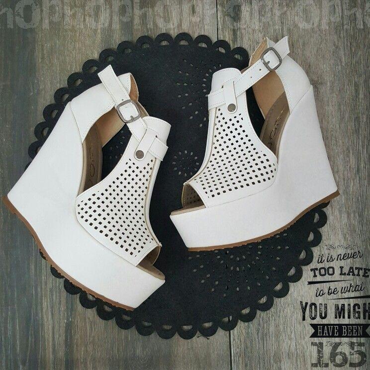 Bele sandale na punu petu 13.5cm, cena 3990.00 din vel. 36-40