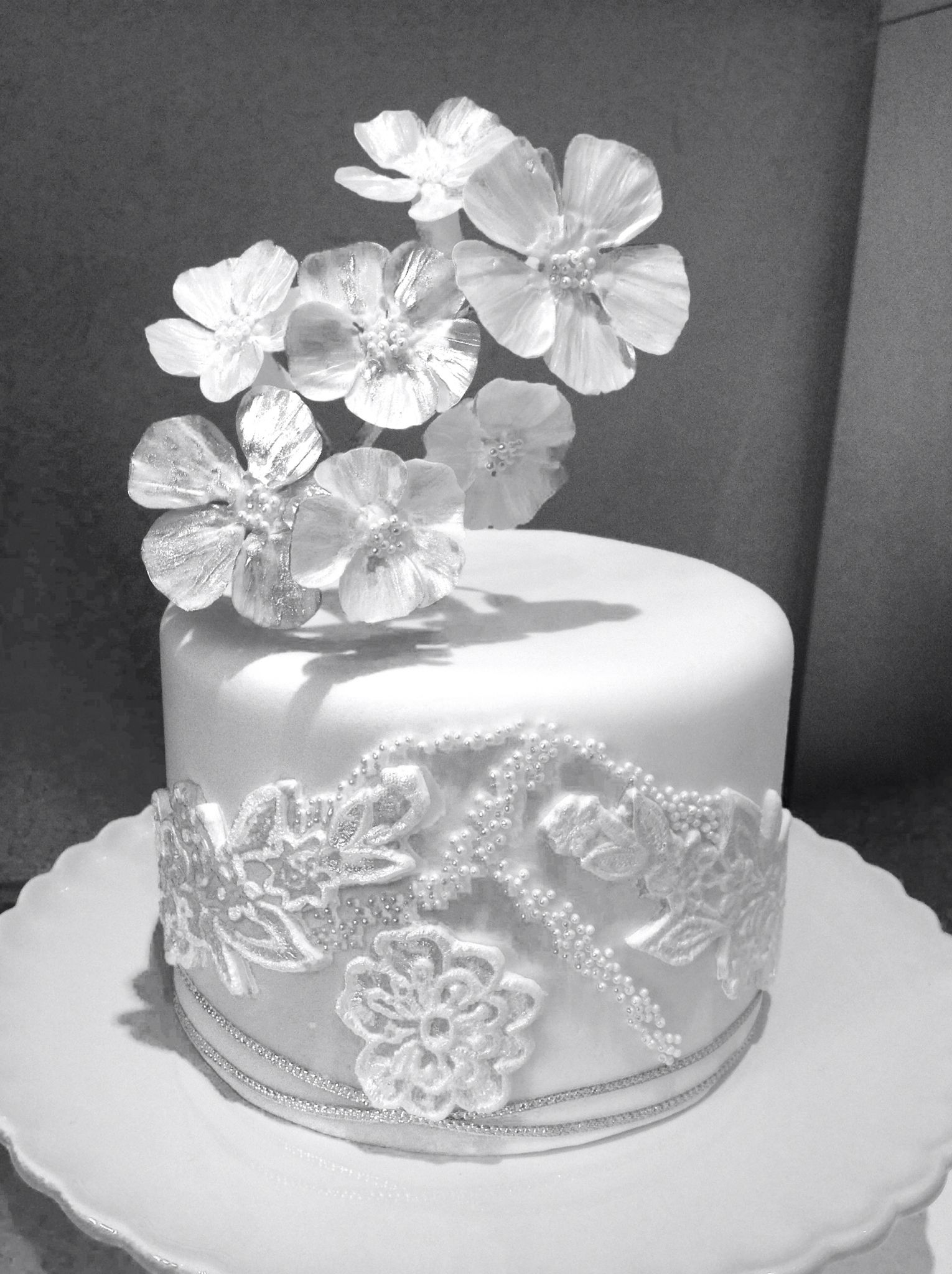 Fragile flowers,lace,pearls... | Tracey Lea cakes | Pinterest | Cake
