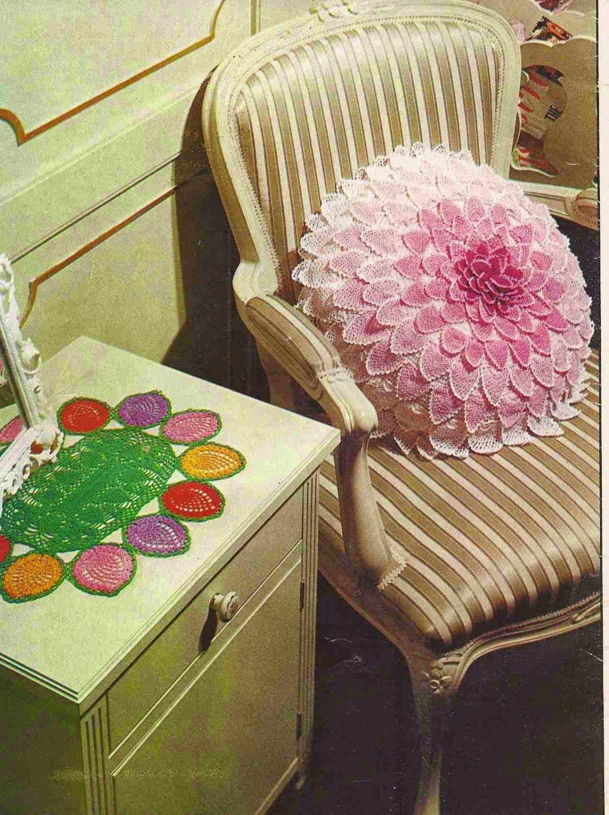 Patrones de almohadon redondo con flor central y petalos tejido a ...