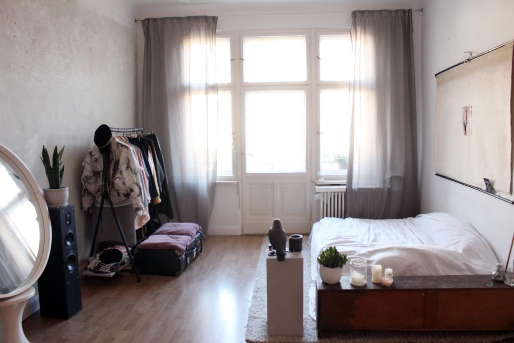 berliner schlafzimmer mit kleiderstange, holz-sideboard und ... - Gemutliches Zuhause Dielenboden