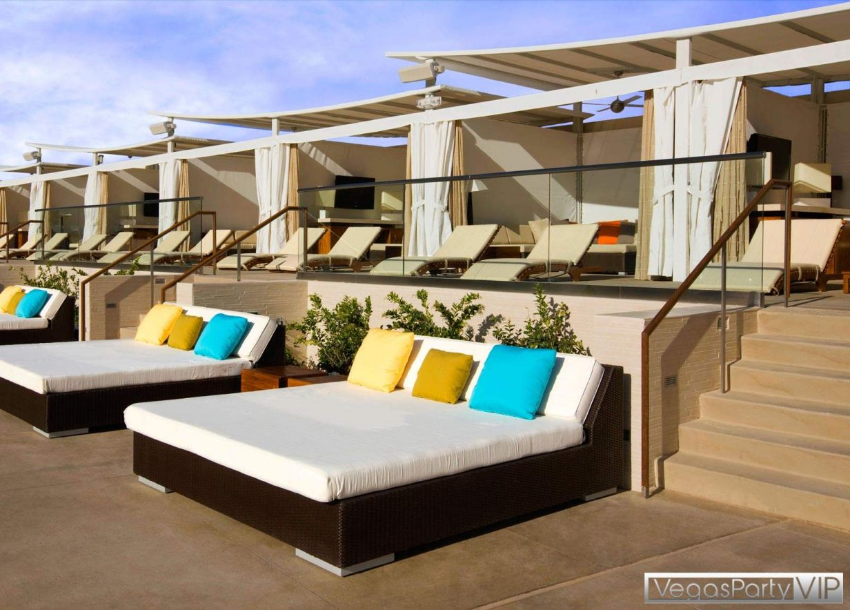 Pin by luciver sanom on interior inspiration pinterest for Outdoor pool daybeds