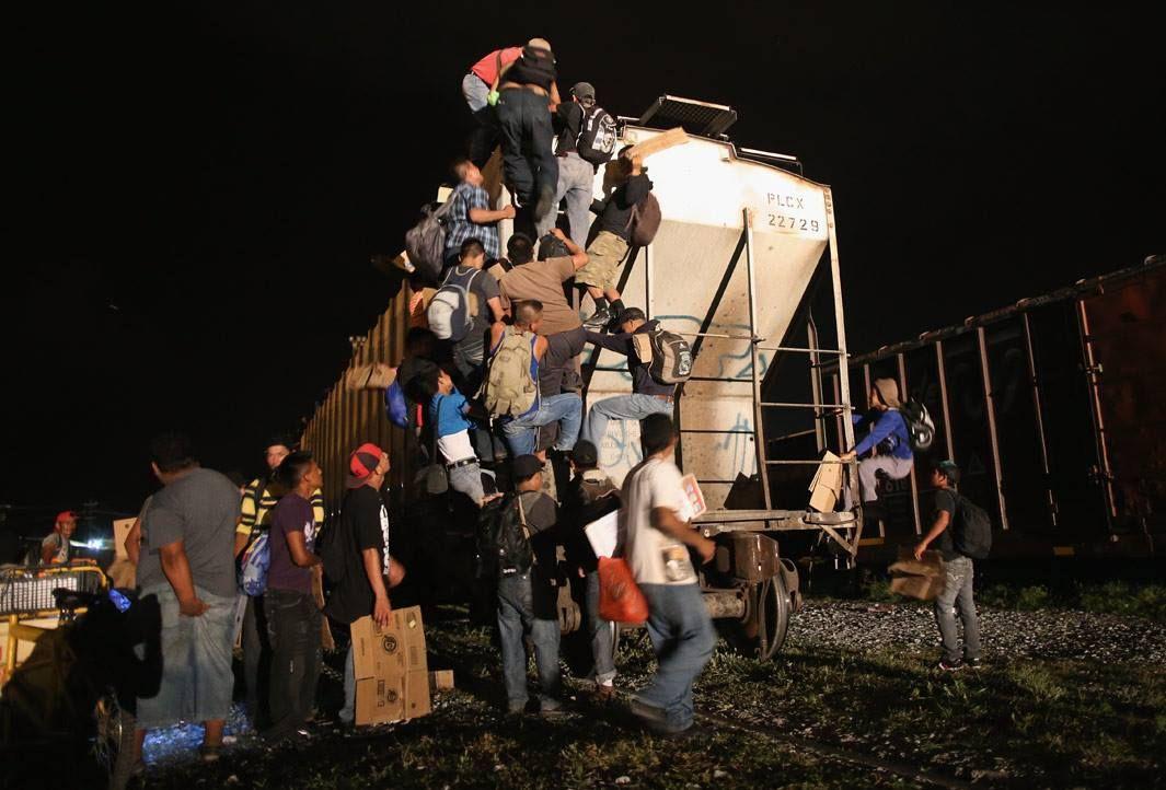 En 2010 John Moore comenzó a fotografiar los temas de inmigración y seguridad fronteriza en Arizona después de que el estado aprobó la ley SB 1070, una de las piezas más fuertes de la legislación anti-inmigrante jamás aprobada en los Estados Unidos. La ley, entre otras restricciones, también permite a la policía para detener a cualquiera