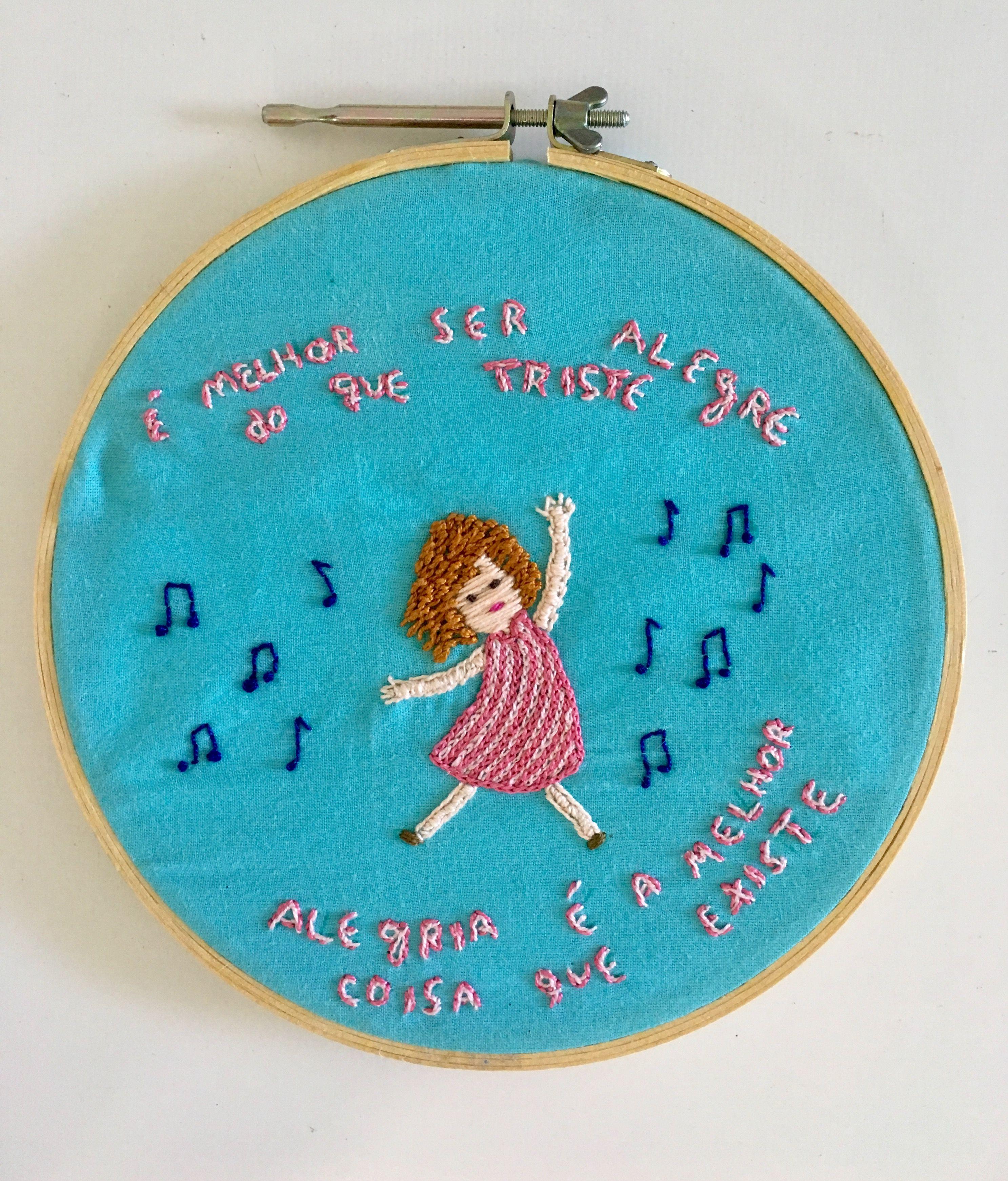 Menina bordando música