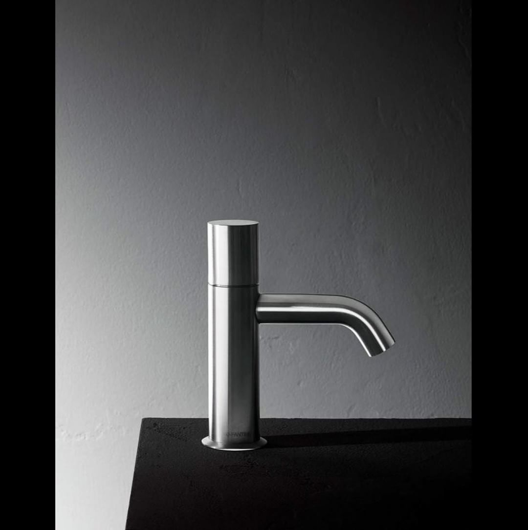 Stainless steel is an ecological, recyclable and hygienic material. Everlasting, or almost, since it ensures long durability over time and resistance to corrosion. On an eye-catching aesthetic note, it infuses a distinguishing personality to every shape.