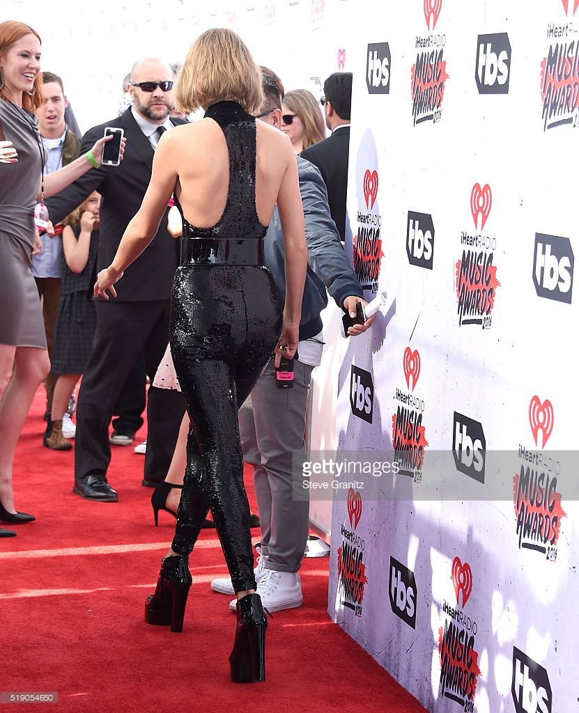 Taylor Swift arrives at the iHeartRadio Music Awards on
