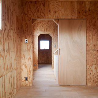 1950 House 台形の開口部です 壁は針葉樹合板で建具はラワン