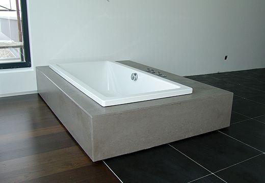 Der Holzboden Erstreckts Sich Vom Schlafzimmer Bis Ins Badezimmer. Die  Schwarzen Fliesen Gehen Dann Nahtlos