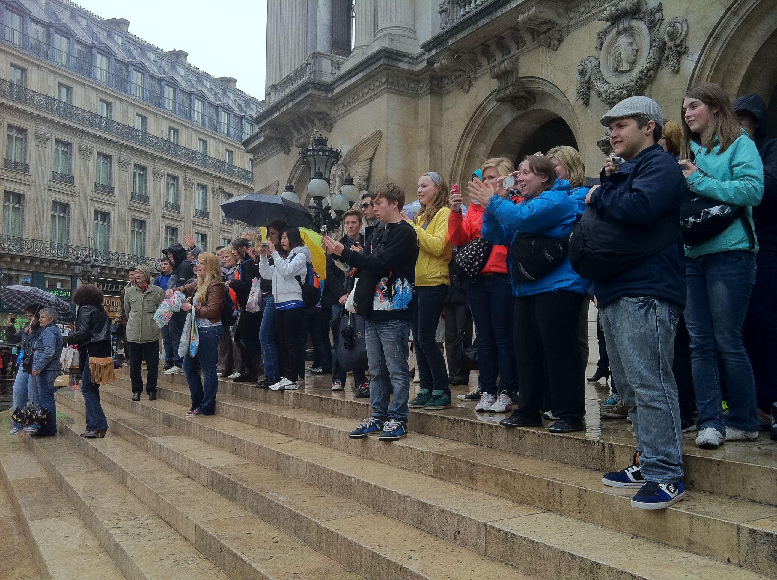 La foule assiste au défilé
