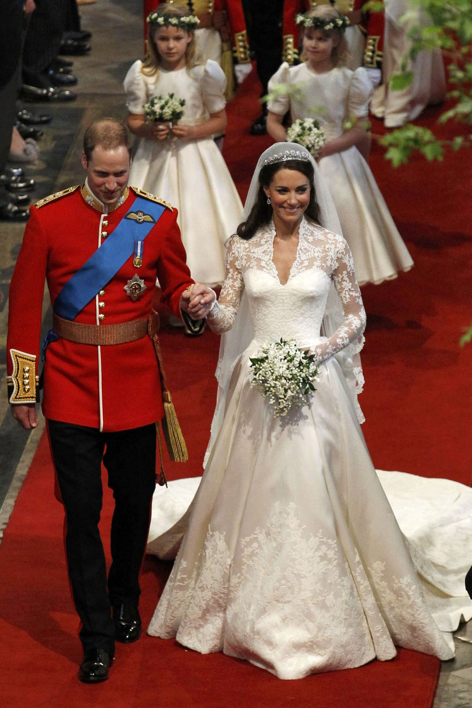 10 Hidden Details You Didn T Know About Kate Middleton S Wedding Dress Kate Middleton Wedding Dress Kate Middleton Wedding Modest Wedding Dresses [ jpg ]