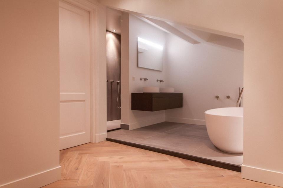 Badkamer - modern - visgraat - vrijstaand bad - Laan Copes van ...