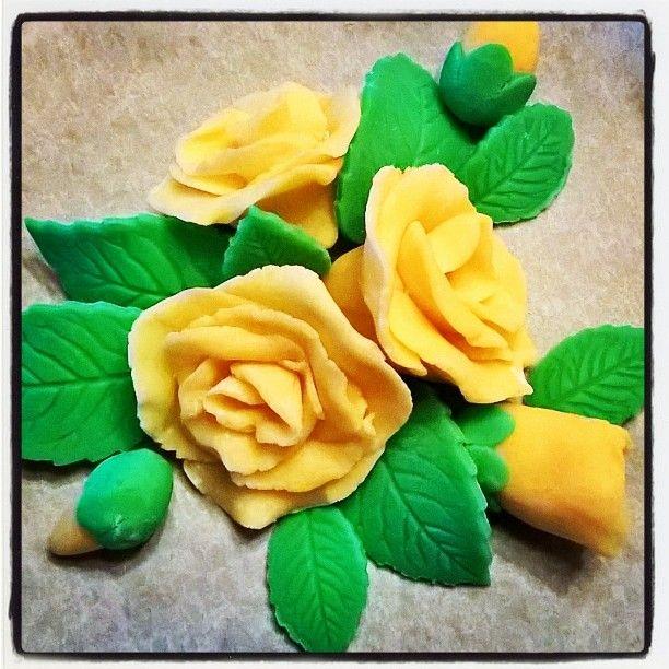 #handmade #roses #yellow #marzipan #decoration  #käsintehdyt #ihanitsetein #kakunkoriste #ruusu #keltainen #marsipaani #askartelu  by niinuzkaa