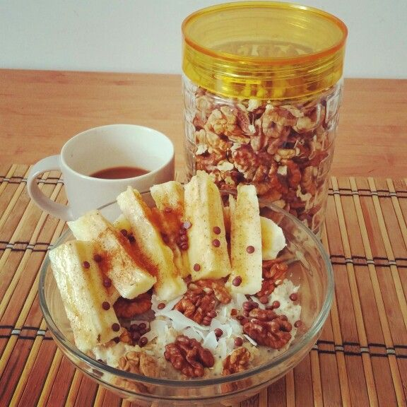 Oatmeal with vanilla chia puding and walnut,coconutchips,chocolatechips,banana slices,cinamon