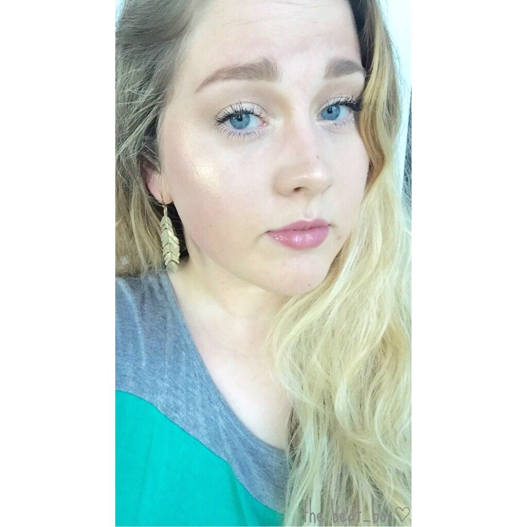 #strobing can you see my highlight from a mile away? mission accomplished!! strobing is just basically highlighting the hell out of your face, right? I used lunch money from #colourpopcosmetics & #champgnepop from #beccacosmetics & #jaclynhill to get that intense glow on the high points of the my face where light would naturally hit. #highlightonfleek