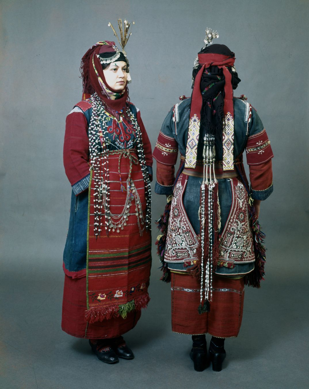 """Coiffure de gauche : fait penser a ce qu'on pouvait trouver en 19e   Front and back Thessaloniki district, Liti and Drymos festive costumes with the characteristic hair ornaments """"bapkes"""" and the head ornament """"sourgoutsa"""", a metal tassel in the form of a pin. - early 20th   vue arriere : http://www.texmedindigitalibrary.eu/img_db/ogoi0u38_2.jpg"""