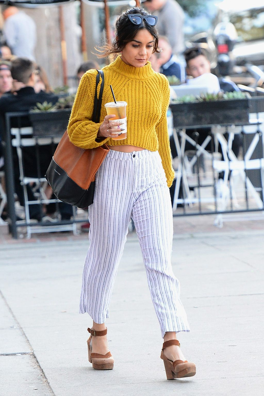 Look del día. Yellown turtleneck crop sweater+white striped ankle pants+brown sandals+brown and black tote bag. Fall Transitional Casual Outfit 2016