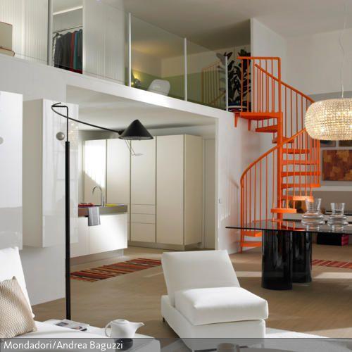 Orangefarbene Wendeltreppe Wendeltreppe, Offene küche und Highlights - wohnzimmer orange weis