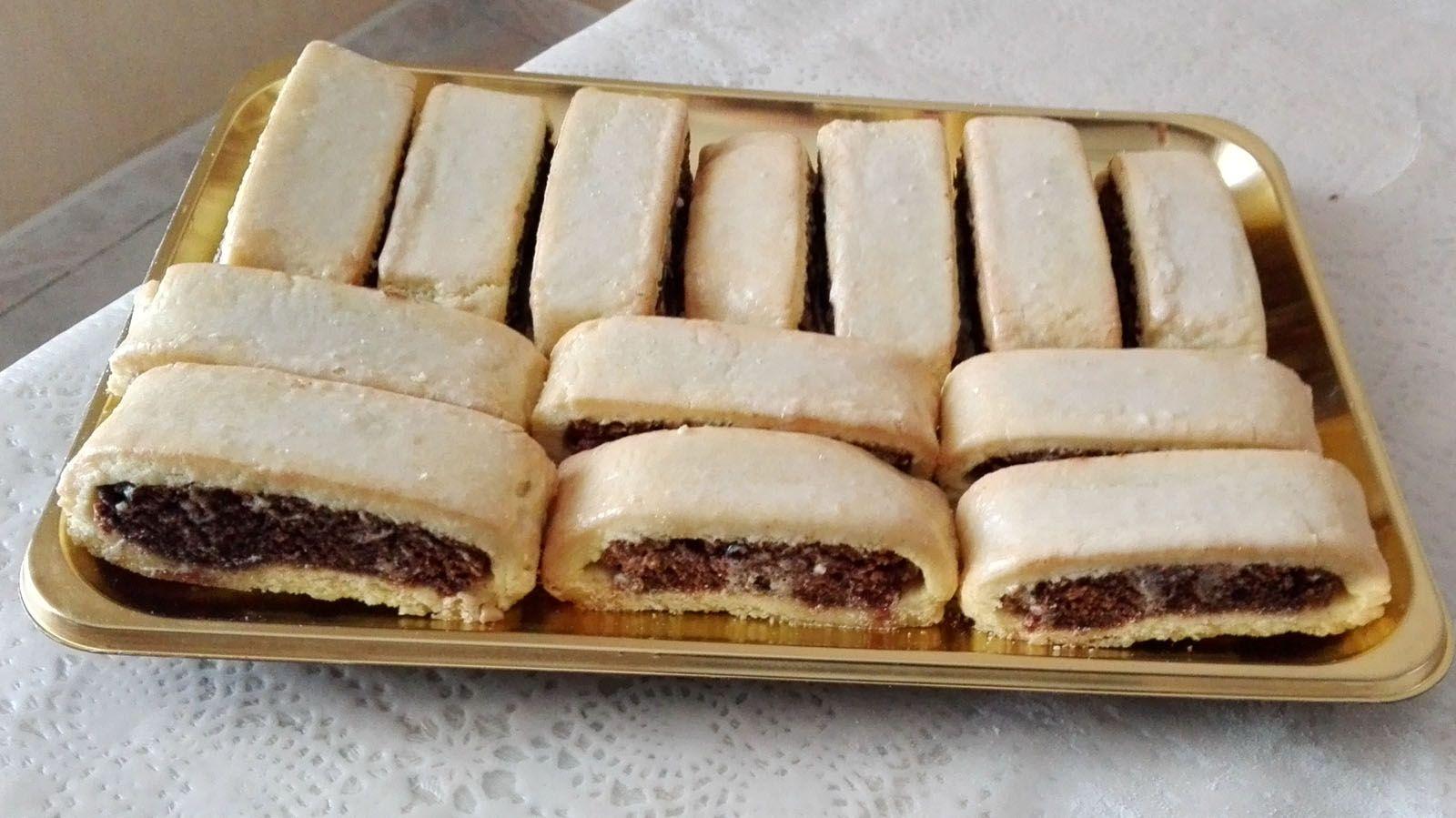 BISCOTTI ALLE AMARENE       Si dice che questi biscotti siano realizzati dalle pasticcerie con le rimanenze della lavorazione degli altri d...