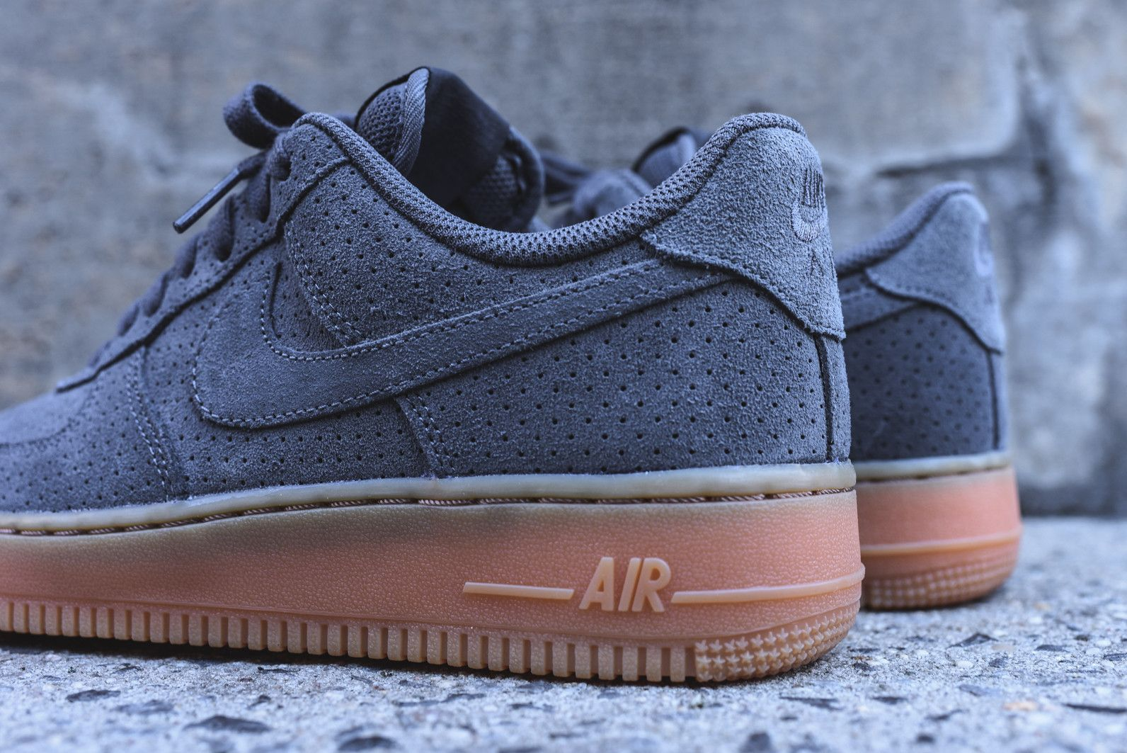 nike wmns air force 1 07 - dark grey / gum