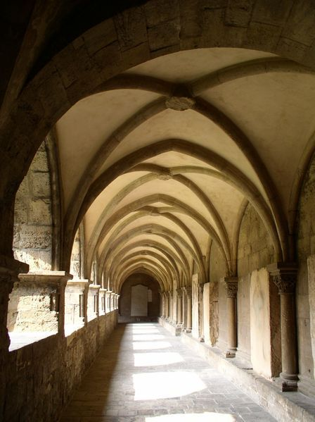 Die Frühromanik bevorzugt flache Holzdecken, sind diese zunehmend gewölbt. Auf dem Bild ist ein Kreuzgratgewölbe sichtbar.