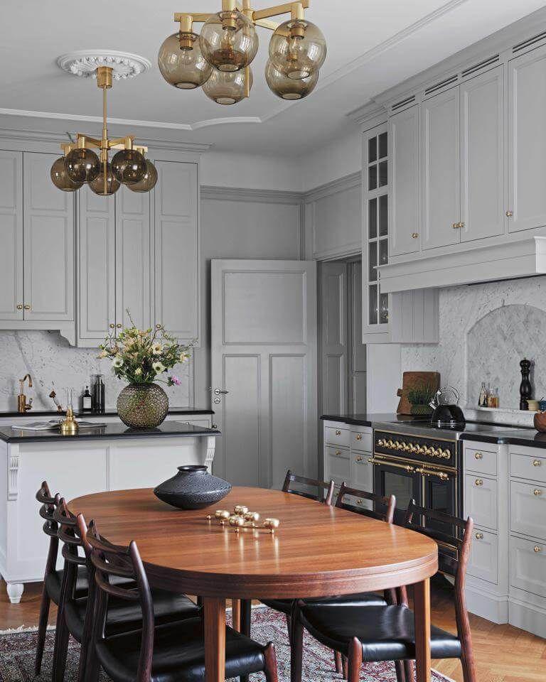 Helles #Grau, Holz und #goldene Akzente charakterisieren Joannas - küche aus holz