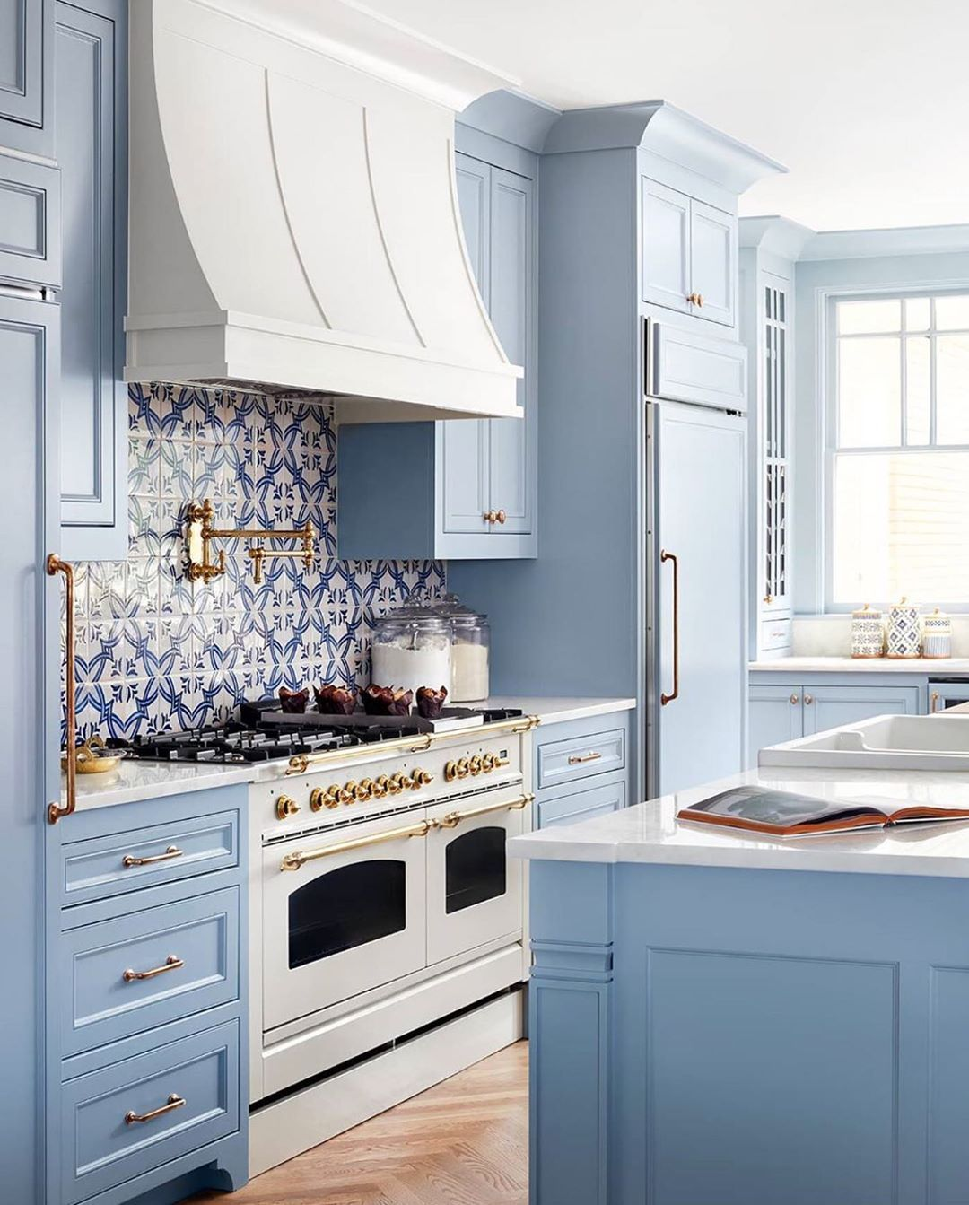 Splendor In The South On Instagram The Most Charming Blue And White Kitchen Via Astoriedstyle Classic White Kitchen Home Decor Kitchen Kitchen Design
