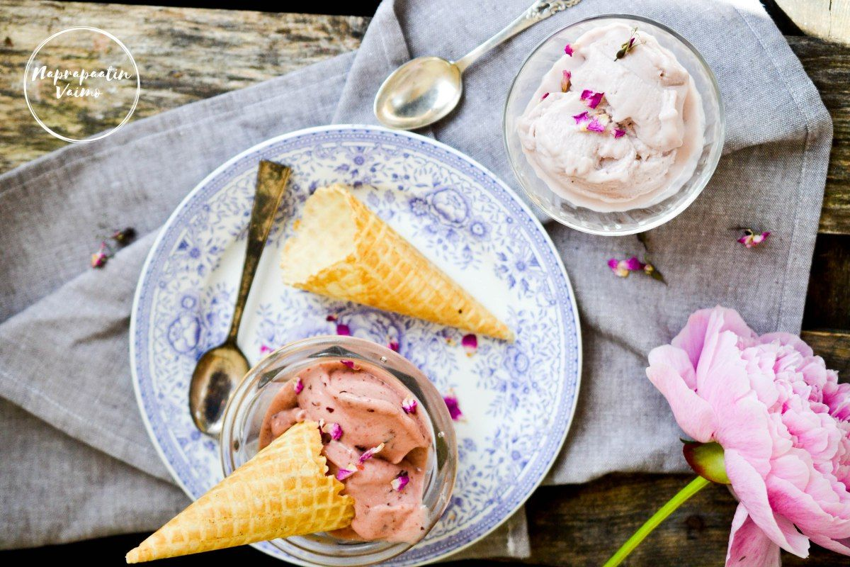 Kaksi ihanaa, raikasta maidotonta ja luontaisesti makeutettua ruusuvesi-jäätelöohjetta. Toinen jäätelökoneella tehtävä, toinen tehosekoittimella.
