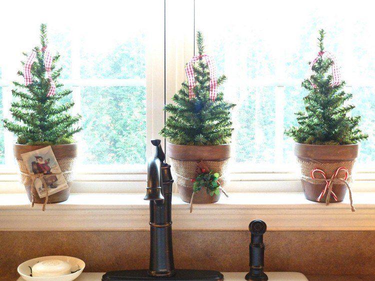 Mini tannenb ume in tont pfen auf der fensterbank for Fensterbank deko weihnachten