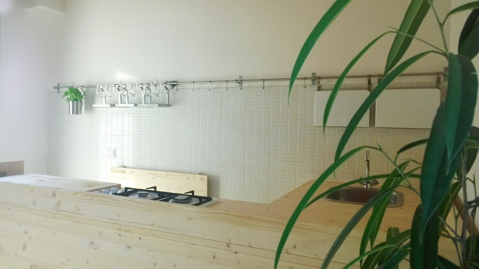 Cucina economica a penisola in abete lamellare. Laboratorio 23 Luglio.