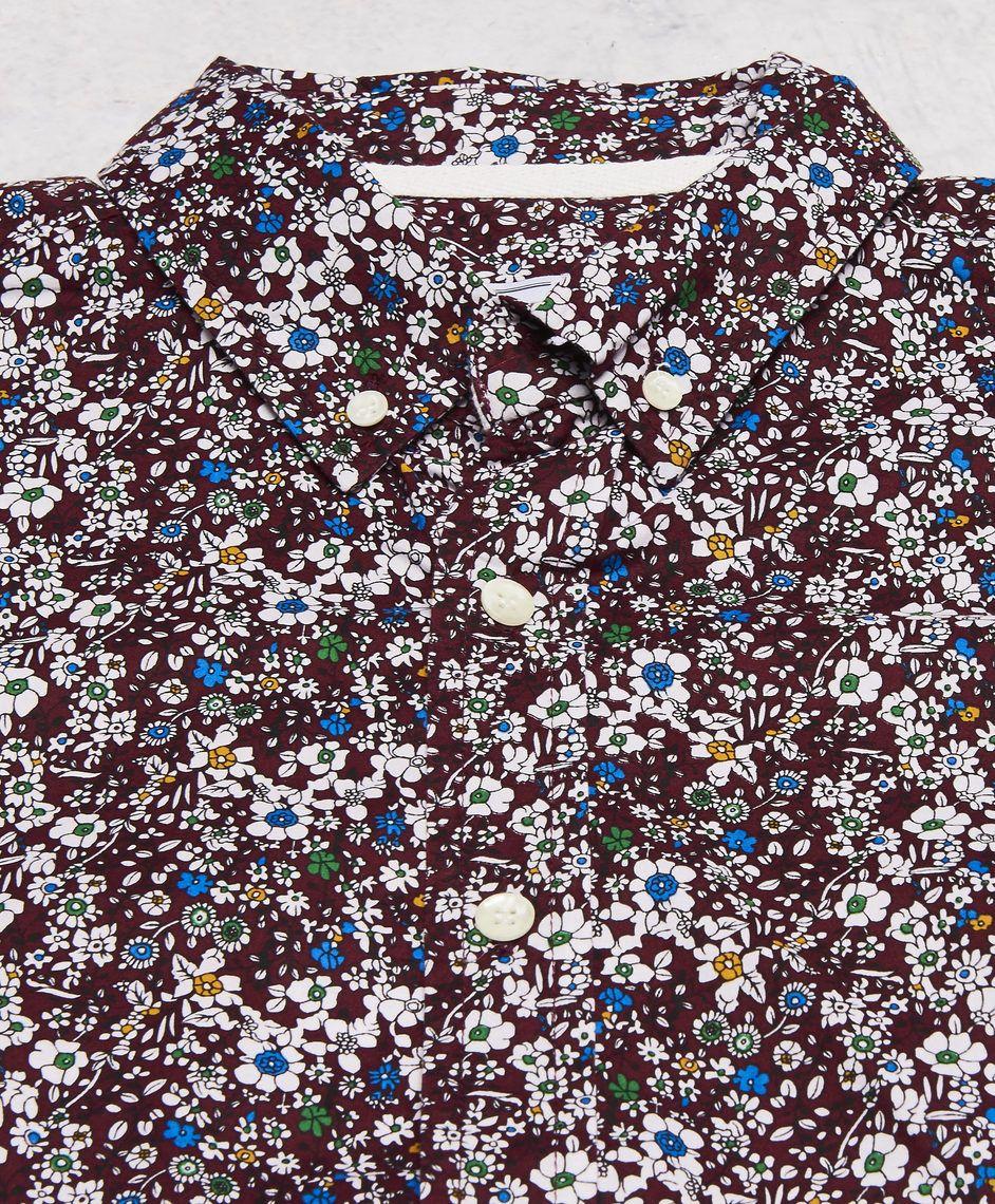 Hampus skjorta från Clubs and Spades. Det här är en röd skjorta som har ett blommigt mönster i olika färger. Skjortan har en button-down krage och en smal passform. Sydd i ett stretchigt tyg.  Blommig Button-down krage Slim fit 100% Bomull 40° Skonsam maskintvätt