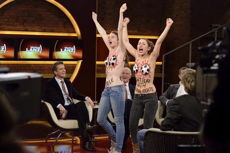Duas jovens de topless interromperam um programa da TV alemã para protestar contra a Copa do Mundo do Catar, em Hamburgo, Alemanha - http://epoca.globo.com/tempo/fotos/2013/12/fotos-do-dia-12-de-dezembro-de-2013.html (Foto: EFE/Markus Hertrich / Zdf)