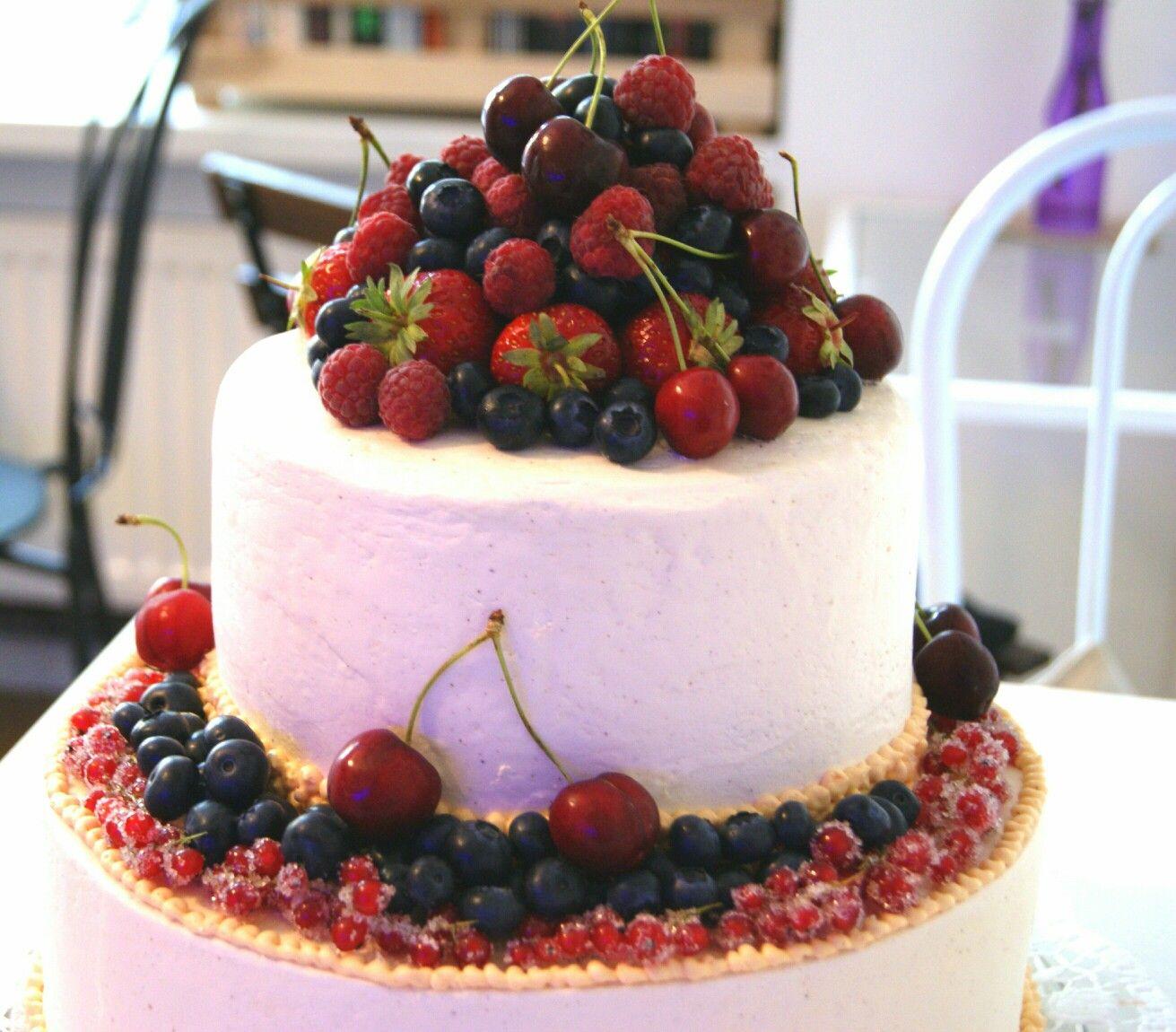 Vegane Hochzeitstorte Zweistockig Mit Frischen Fruchten Dekoriert