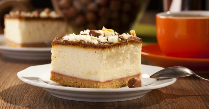 Recette de Entremet de fêtes au spéculoos, mousse au chocolat blanc et fruits de la passion. Facile et rapide à réaliser, goûteuse et diététique.