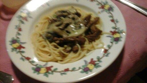 Fideos con carne y salsa de champigniones casera