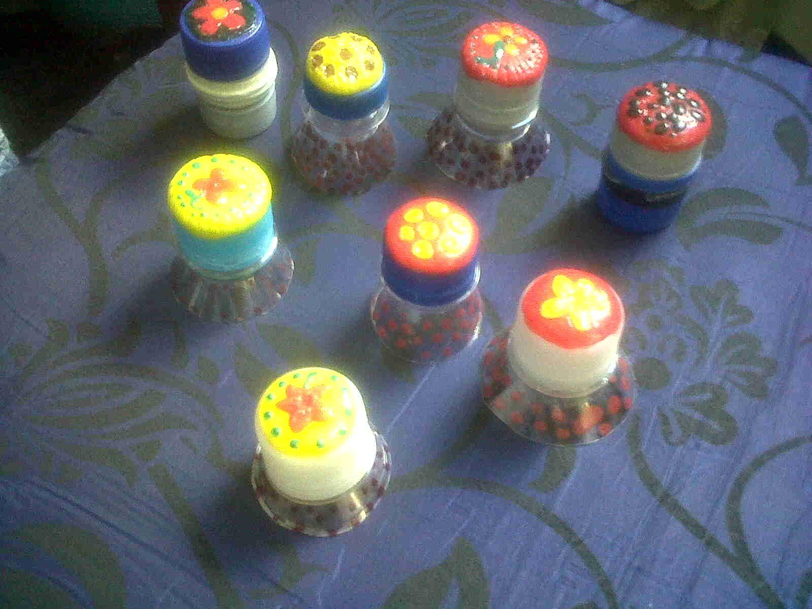 Cierres herméticos con bocas de botellas plásticas.Las tapas decoradas con masa flexible.