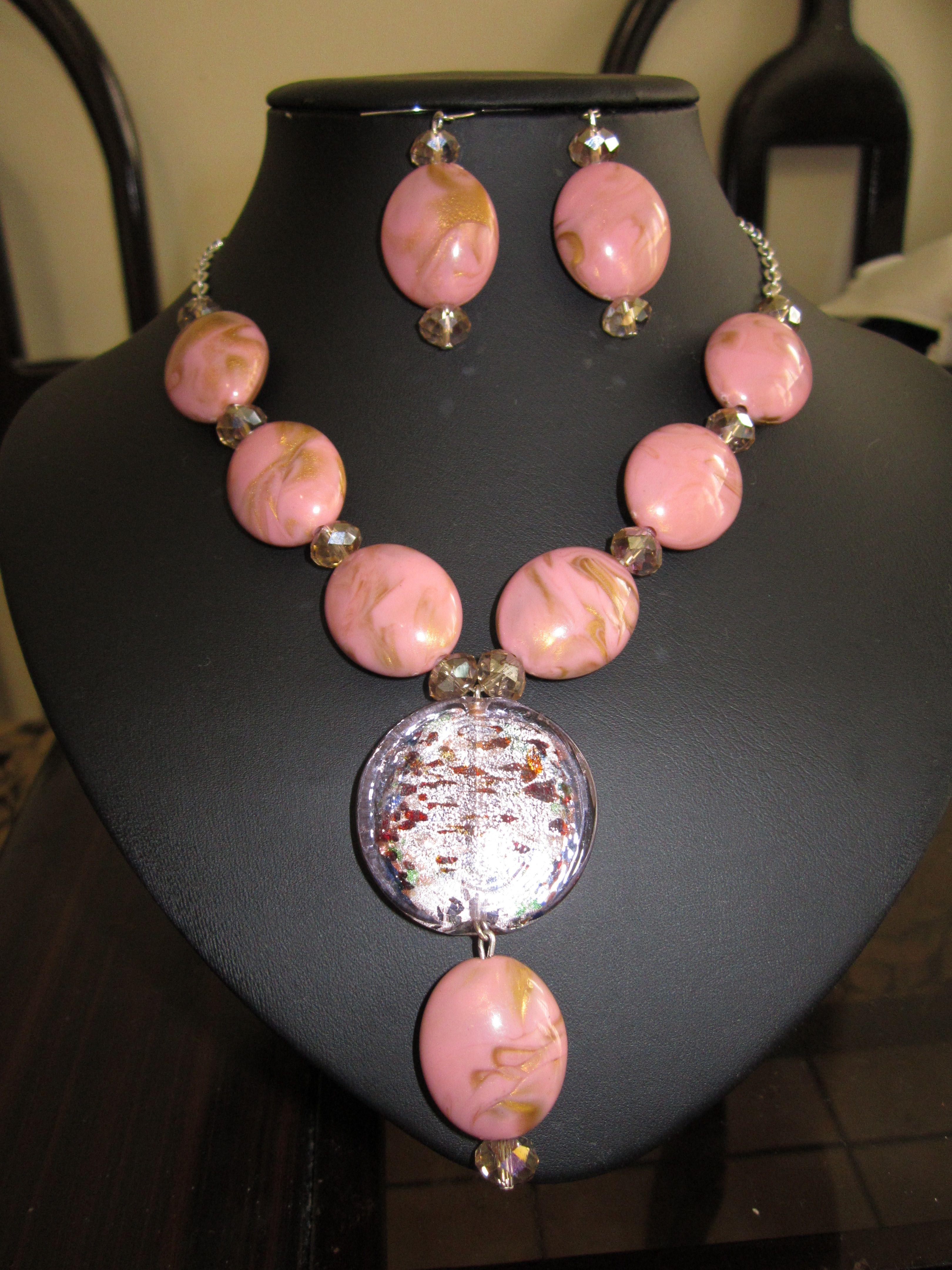 Collar y aretes de cadena y acrilico de color rosa vieja y cristales. $8.00