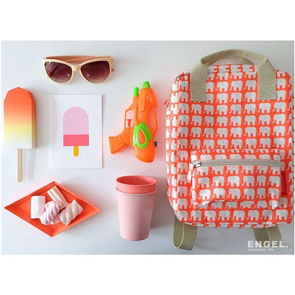 Deze kleine rugzak met olifantjes op een oranje/rode ondergrond (richting fluoriserend, heel tof) van Engel is gemaakt van gerecyclede plastic flessen.