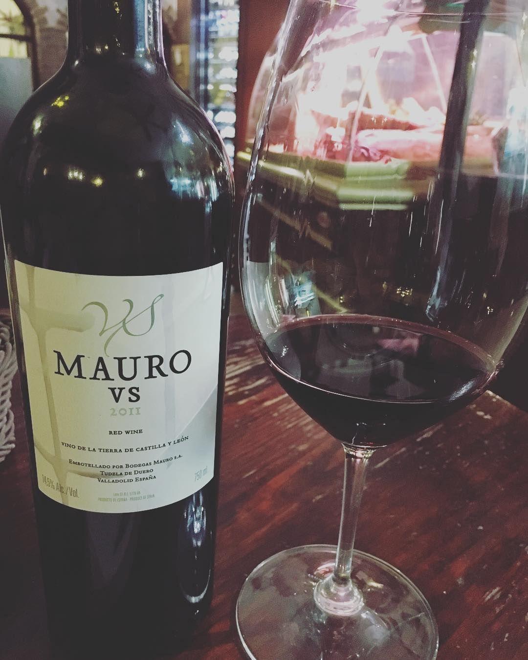 Hay vinos  y vinos! #maurovs #mauro @bodegas_mauro #wine #wines #vinos #vino #top #españa #instawine #winelovers #lovewine #valladolid #castillayleon by mesoncastellano