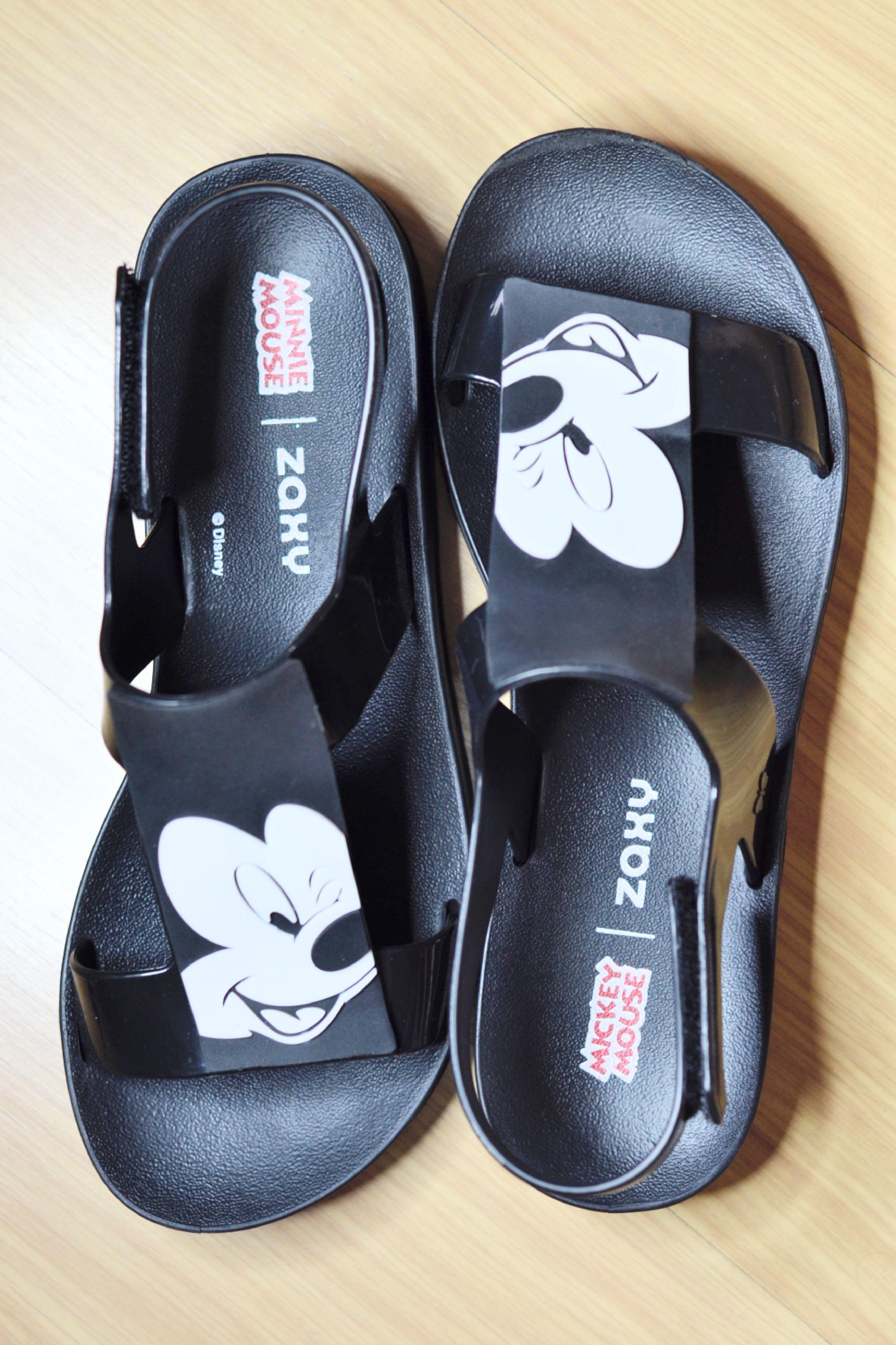 17ca4b52e6 Sandália preta da Zaxy edição especial da Disney Mickey Mouse.