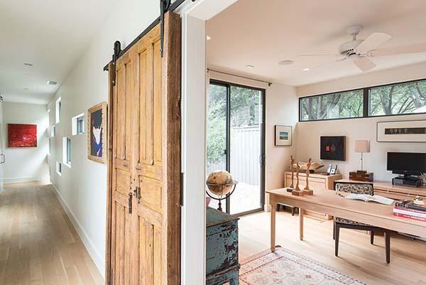 Con un tradicional puerta antigua de granero, se accede al despacho - bibliotecas modernas en casa