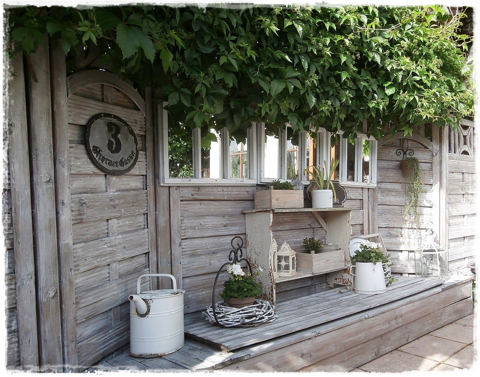 Ook je tuin krijgt een brocante sfeer met oude emaillen emmers leuke tuinbankjes en romantische - Outdoor tuin decoratie ideeen ...