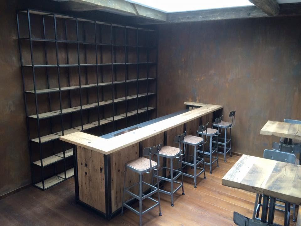 zwaartafelen i vette industri le bar met krukken en kast. Black Bedroom Furniture Sets. Home Design Ideas