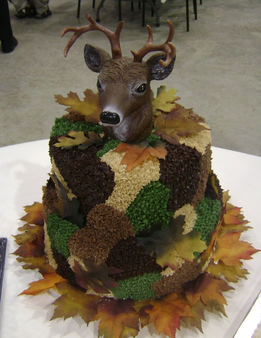 Camouflage cake for hunters using deer head ornament Cakes
